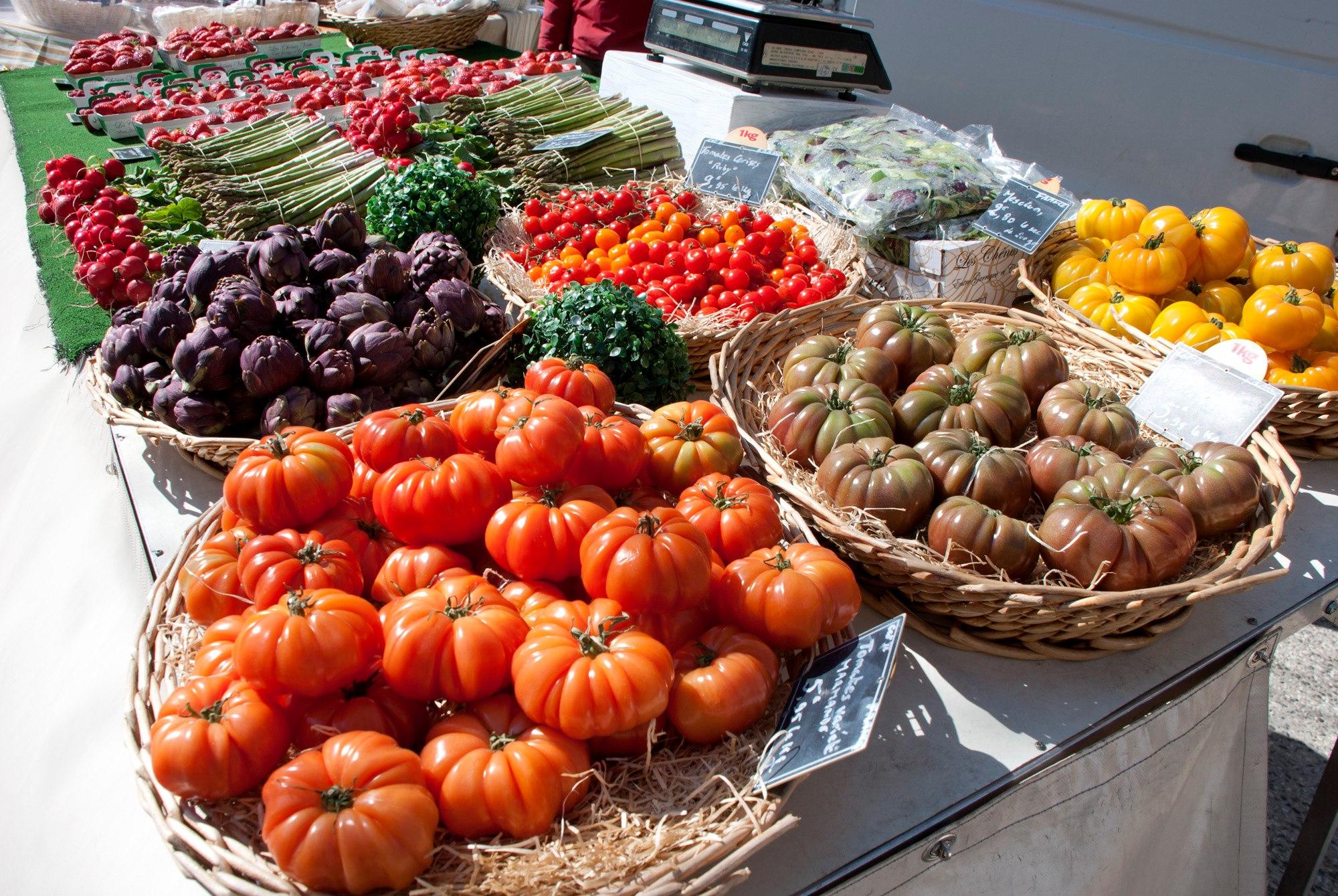 4-Légumes-sur-le-marché-de-Lauris-en-Lubéron-©-OT-Lauris-en-Lubéron